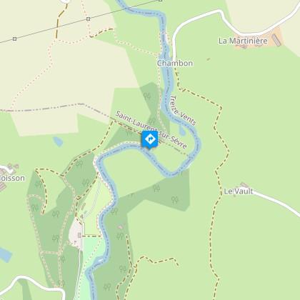 Le sentier s'éloigne un peu de la sèvre, pour la rejoindre un peu avant la chaussée du Moulin de Chambond, situé sur l'autre rive