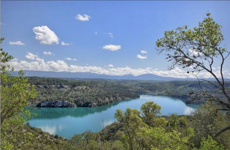 Lac d'Esparron dans son écrin