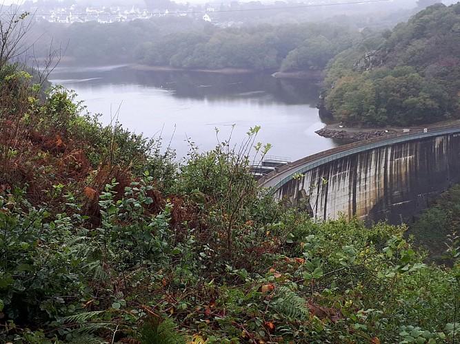Vue sur le barrage de St-Bartélemy et la retenue