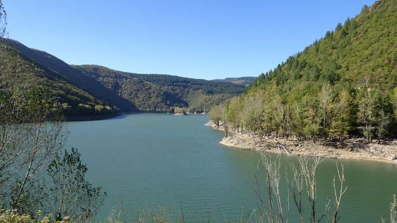 Lac du barrage d'Avène vu du barrage