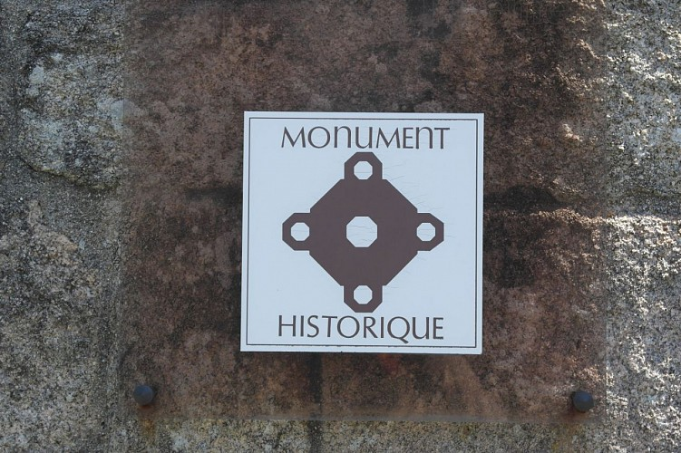monument prés l' eglise