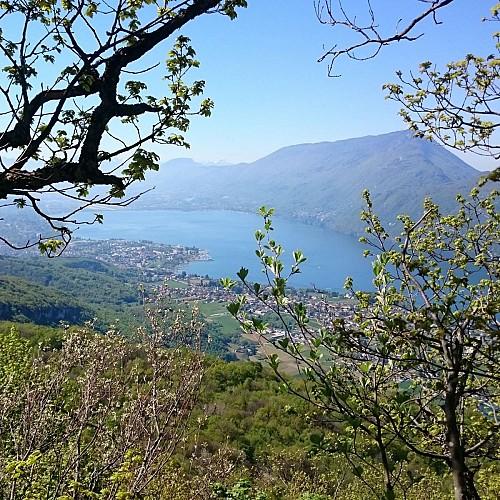 Le lac du Bouget et la Dent du Chat depuis La croix de Meyrieu