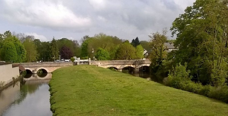 Pont sur le Guéreau (à gauche) et le canal Louis VIX (à droite)