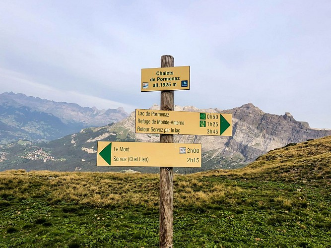 Hike to alpine pasture et the lake of Pormenaz