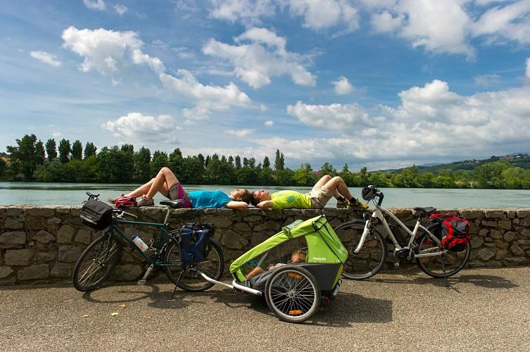 Repos de cyclistes au bord du Rhône sur ViaRhôna