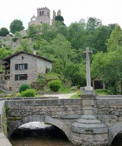 Ecotay, village médiéval et pittoresque - circuit familial croix et patrimoine