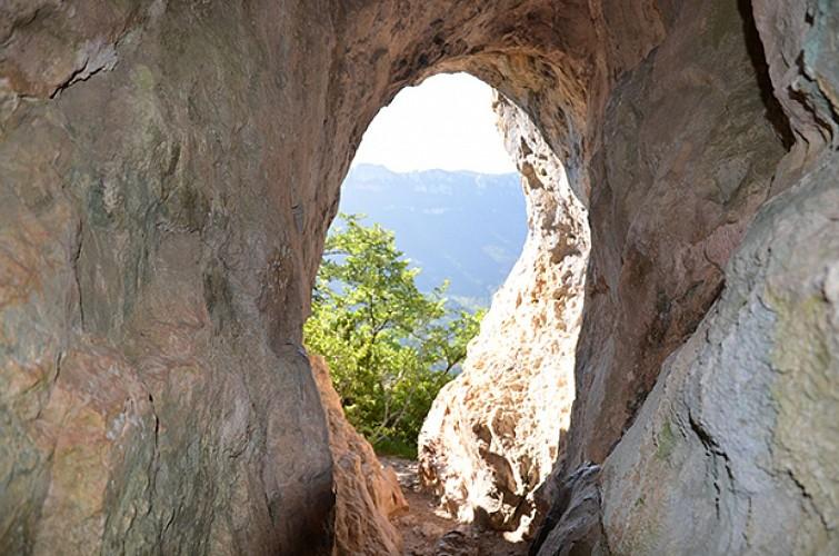 Le Pas du Loup et la Grotte des Ussets