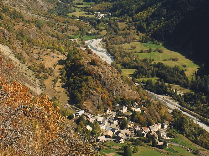 Vue du sentier des Peines sur le village de Villar-Loubière