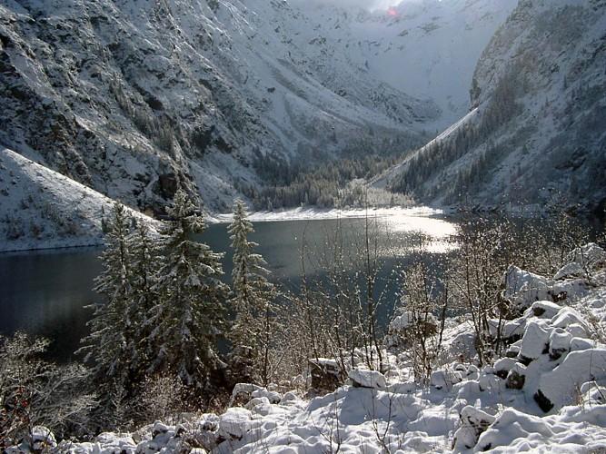 Hiking to lake lauvitel