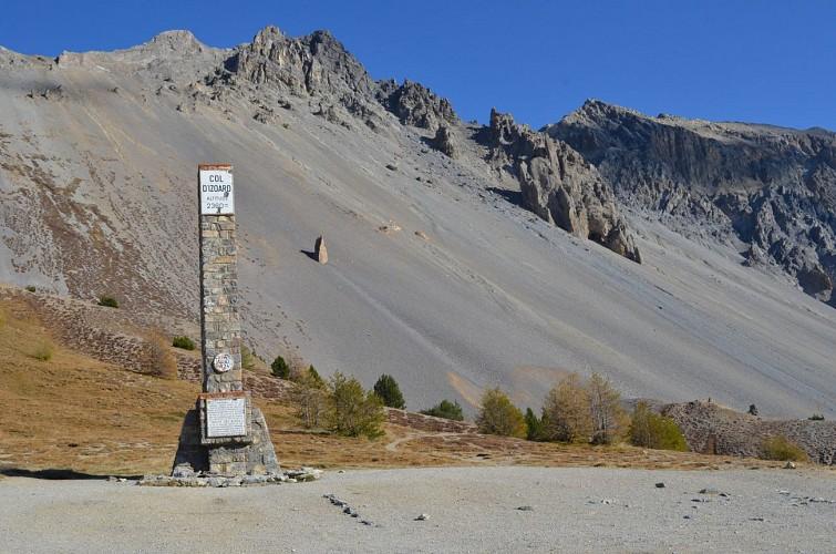 Monument sur le col d'Izoard (Hautes-Alpes)