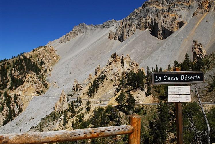 La casse déserte sur la montée du col d'Izoard (Hautes-Alpes)