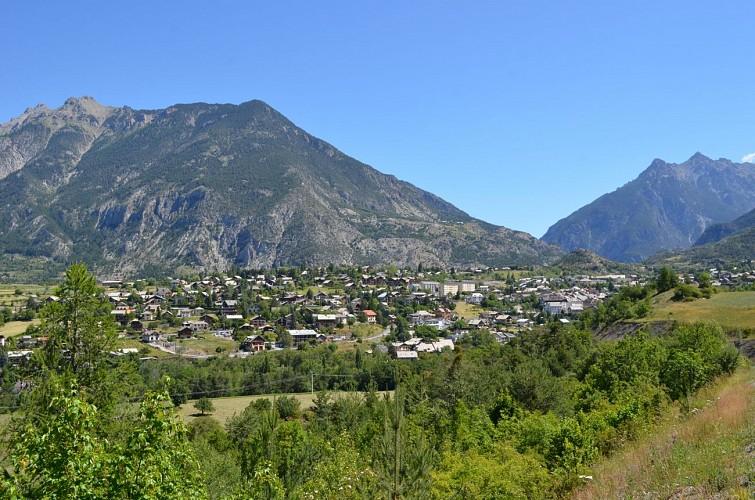 Vue sur Guillestre (Hautes-Alpes)