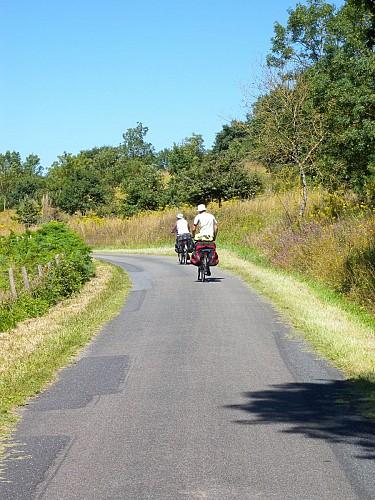 A vélo sur les bords de Loire, au pied des coteaux viticoles.