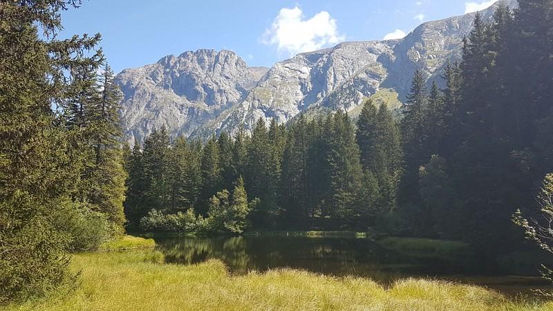 Le sentier des 3 lacs menant au Poursollet