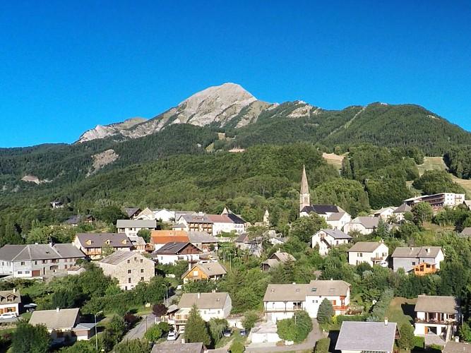 Le sommet du Cuchon et le village de St Léger-les-Mélèzes