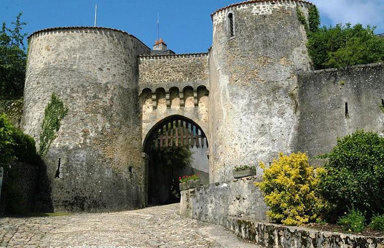 Le sentier des pierres blanches au Dorat en Limousin