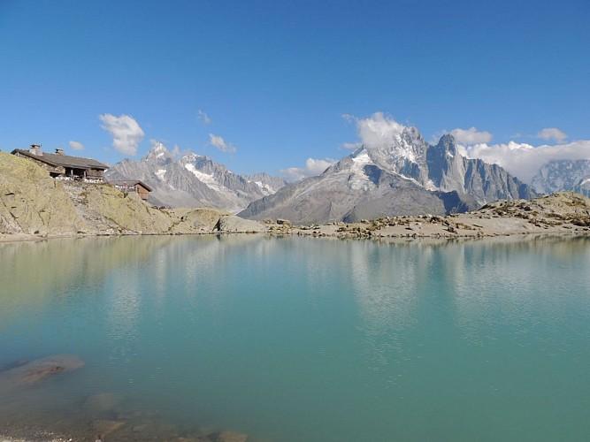 Le refuge du lac blanc et l'Aiguille verte