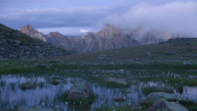 Petite percée sur la Barre des Ecrins au petit matin ddepuis les Lacs de la Madeleine