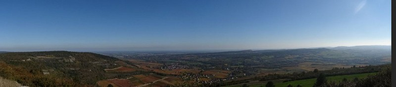 Vue sur Santenay depuis le sommet de la montagne des Trois Croix