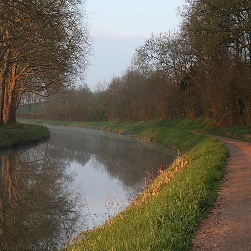 Le Canal du Nivernais - l'écluse de Sauzay - le château des Jalluères