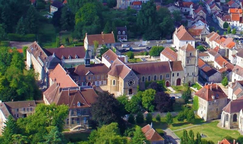Le tour des murs du monastère de Jouarre et les 4 croix