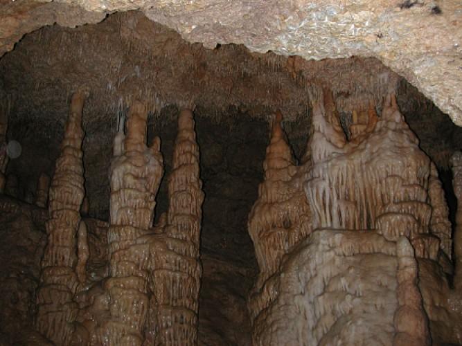 Sainte-Colombe-de-Villeneuve, les grottes de Lastournelles