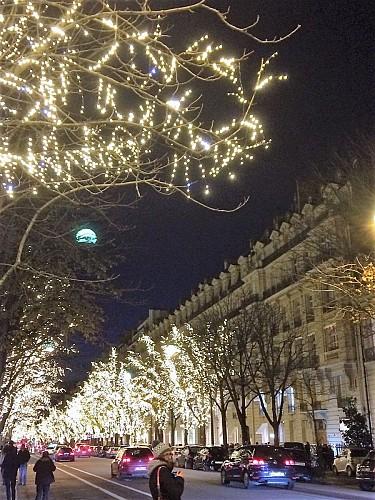 Avenue Montaigne parée de ses couleurs de Noel
