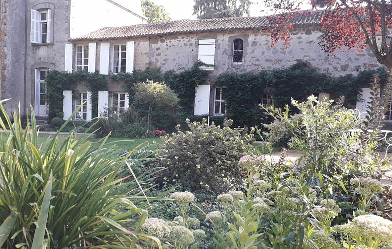 nueil-les-aubiers-chambre-dhotes-le-frene-chabot-2-pers-facade