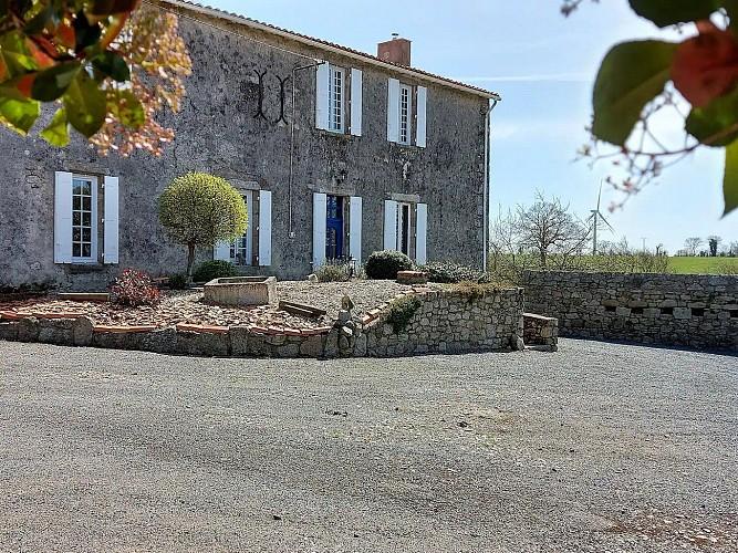 le-temple-gite-la-commanderie-facade2