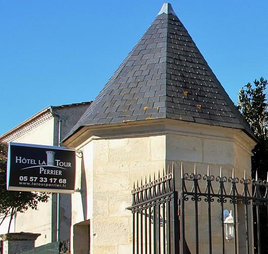 1 - enseigne hôtel La Tour Perrier