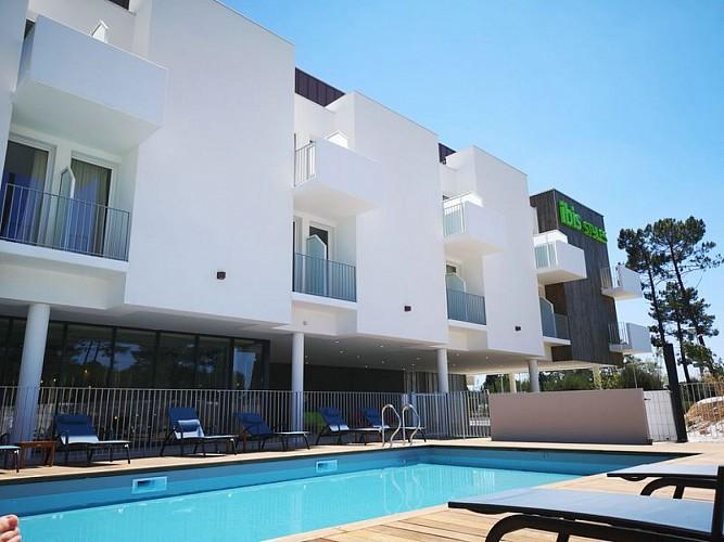 Vue-hotel-et-piscine--800x600-