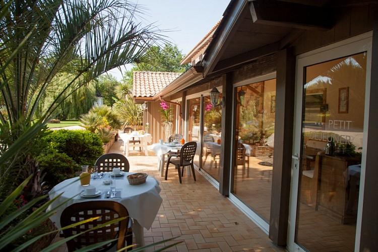 hotel-la-ferme-d-en-chon-petit-dejeuner-en-terrasse-bisca