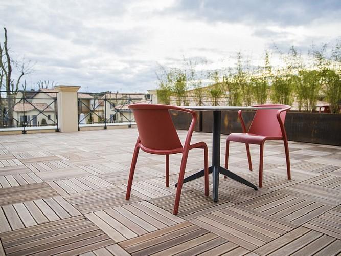 Clos-Castel-Hotel-Chambre-confort-terrasse-table