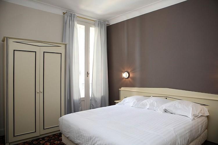 Hôtel Roncevaux - Pau - Chambre double armoire