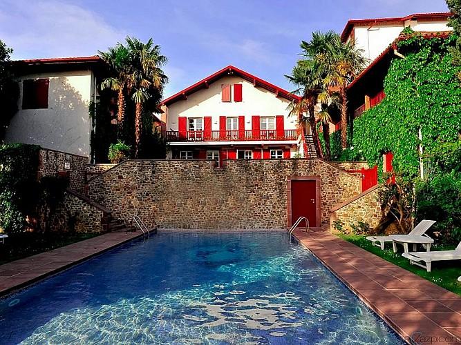 Hôtel Les Pyrénées - façade côté jardin piscine - Saint Jean Pied de Port