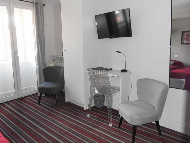 Hôtel Itzalpea - chambre Hegoa coin bureau - Saint Jean Pied de Port