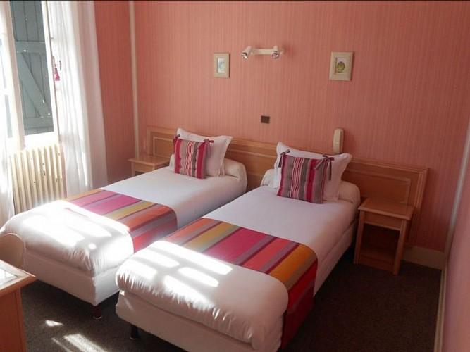 Hôtel Camou - chambre deux lits - Uhart-Cize