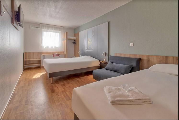Hôtel B & B - lescar- chambre triple 1