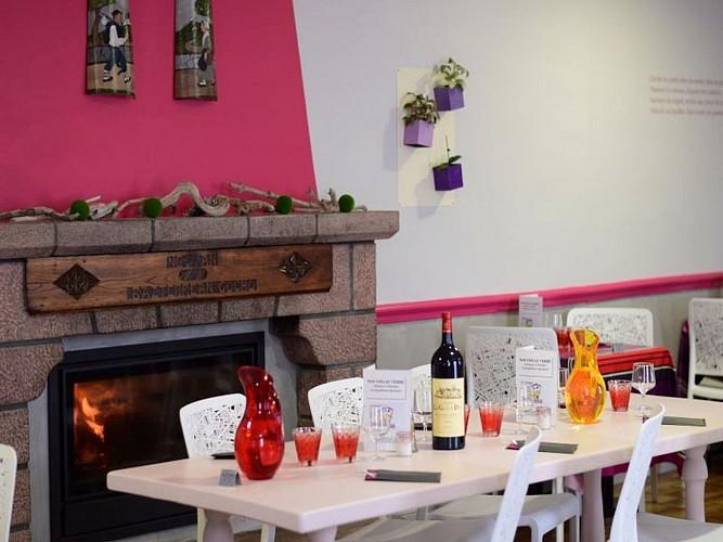 Hôtel restaurant Juantorena - table cheminée - Saint Etienne de Baïgorry