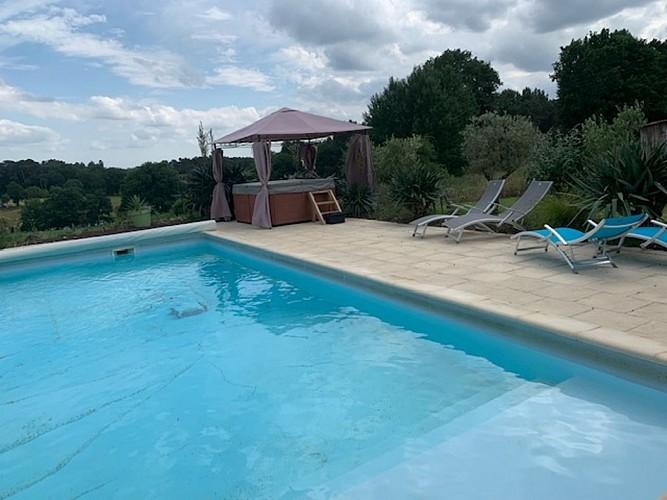 gite-borros-St-Sauveur-Lalande-piscine-et-vue-campagne