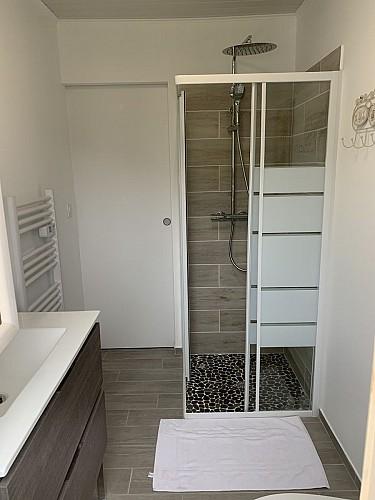 gite-borros-St-Sauveur-Lalande-salle-d-eau-2