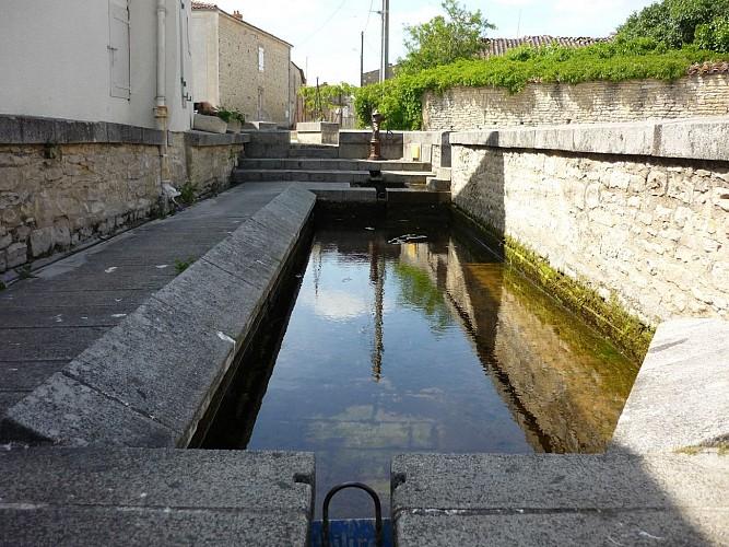 Le lavoir de la Grande Fontaine à Saint-Georges-de-Rex