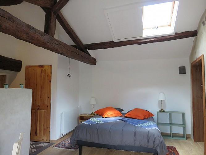 clesse-chambre-dhotes-aux-deux-chevres-chambre1-hauteur-plafond