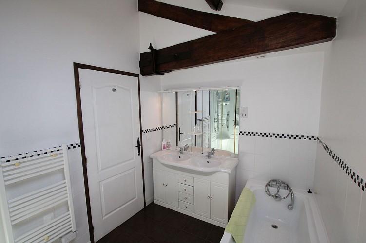 neuvy-bouin-gite-la-bonniniere-glycine-chambre2-salle-de-bain-2