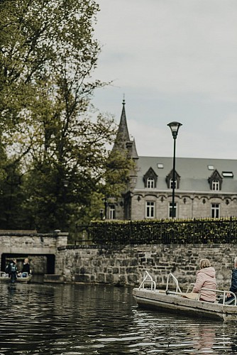 Promenade en barque avec vue sur le Château de Nismes à Viroinval