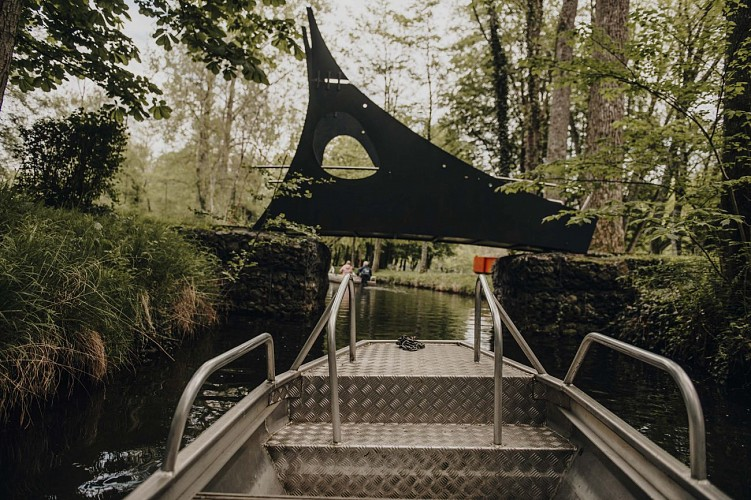 Promenade en barque sur le canal dans le parc de Nismes à Viroinval
