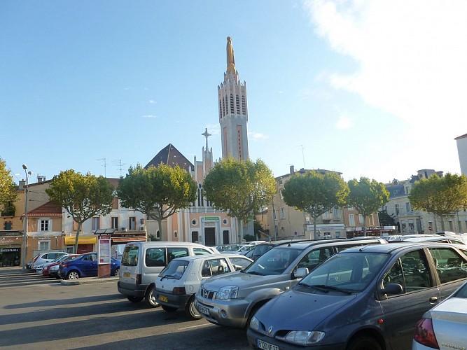 Parking devant l'église Notre-Dame de Lourdes