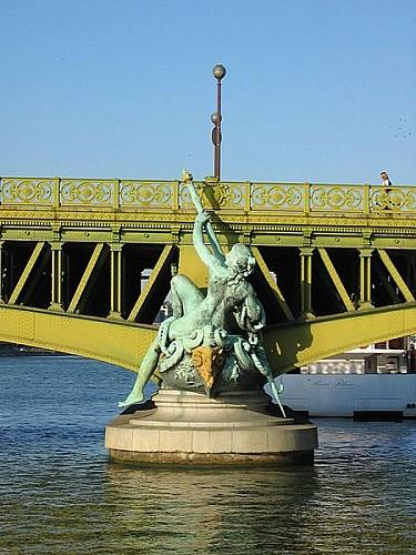 Statue du pont Mirabeau