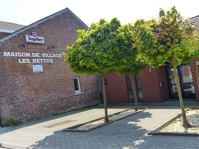 Monument, école et maison de village