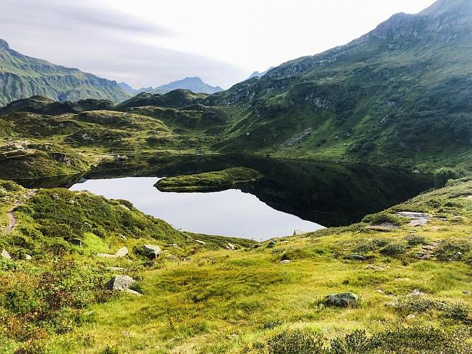 Lago y montaña de Pormenaz